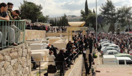 crowd at Fogel funeral