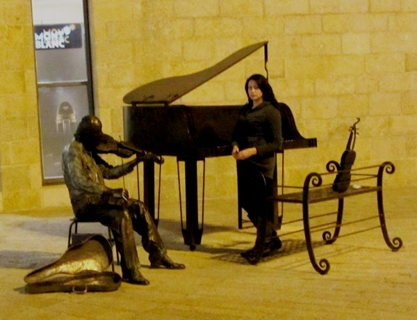 """Musical art image""  , ""piano"" image"