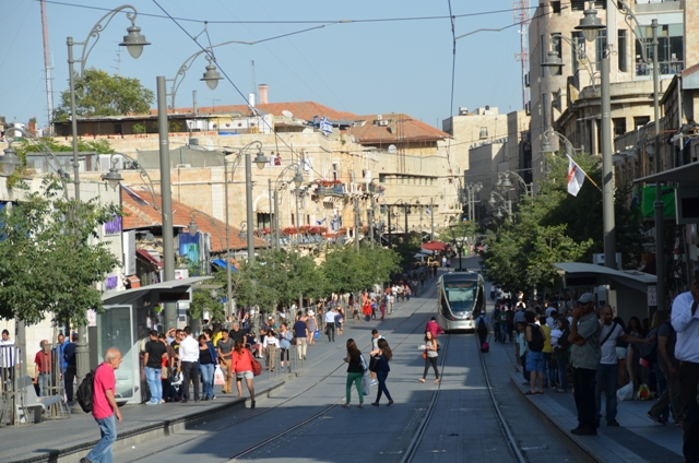 photo light rail train on Jaffa Raod