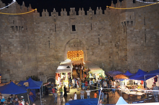 photo Damascus Gate at night