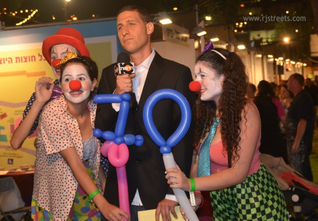 image clowns, picture news broadcaster, live news from festival