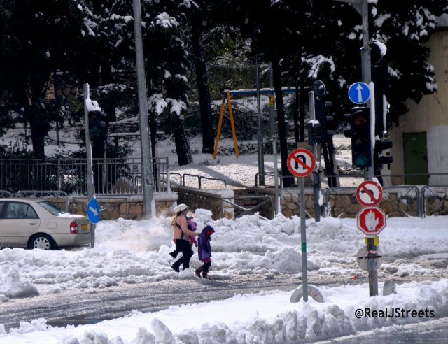 image Jerusalem snow, picture snow Jerusalem, photo people in snow,
