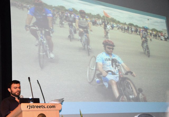 image disables biker, Noam Gershony riding a bike, photo bike rider with one leg