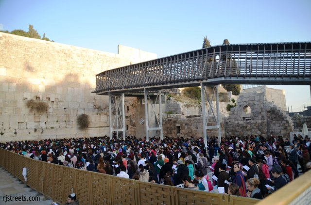 prayer photo, image women praying at western wall, picture women praying