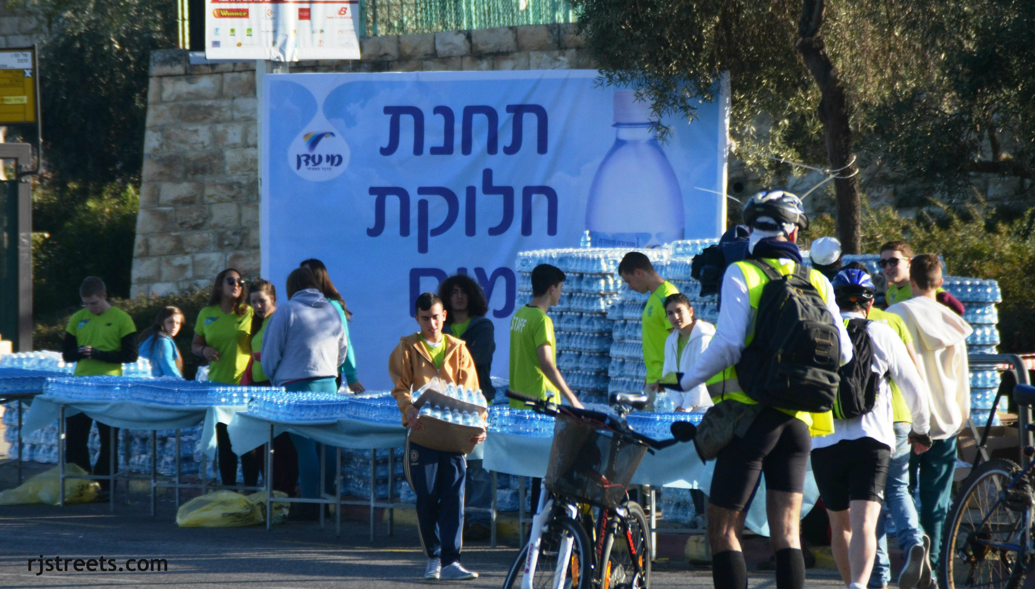 image Jerusalem marathon, photo marathon, picture water stop marathon