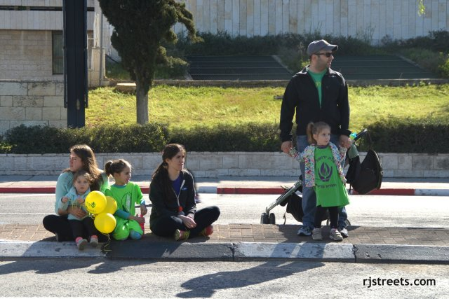 image Jerusalem marathon, photo children watching for runner, picture Jeruslaem marathon