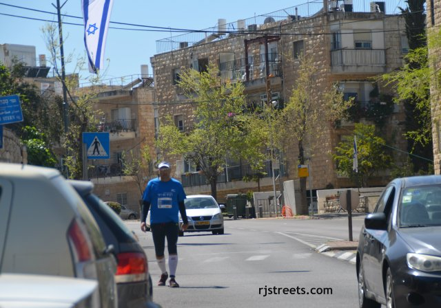 image runner late in day jerusalem marthon, photo Jerusalem marathon runner,  photo last runner