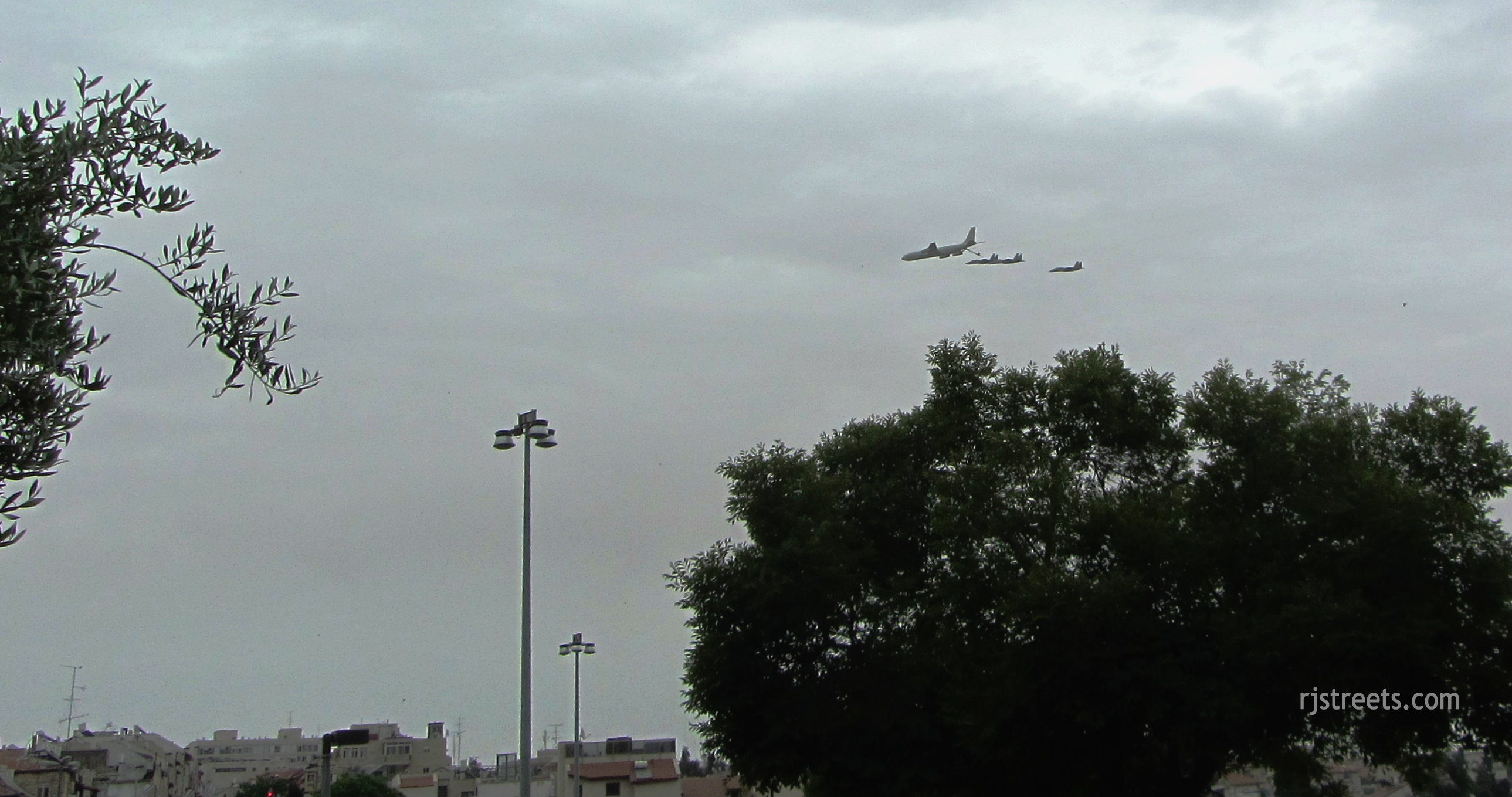 planes flying over Jerusalem, airshow photo, image planes in formation