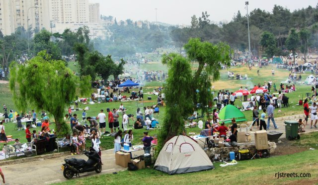 park crowded with people, image park Jerualem , photo sacher park