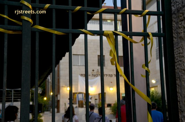 image yellow ribbons Israel.
