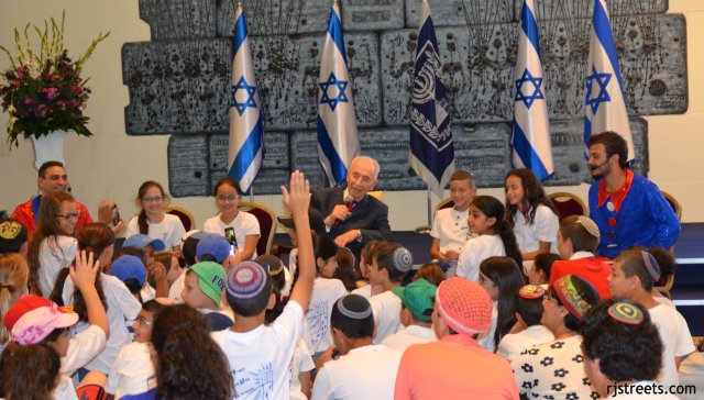 Shimon Peres with children in Beit Hanasi