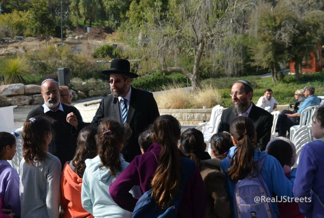 image Rabbi Lau talking to girls in Shmita park