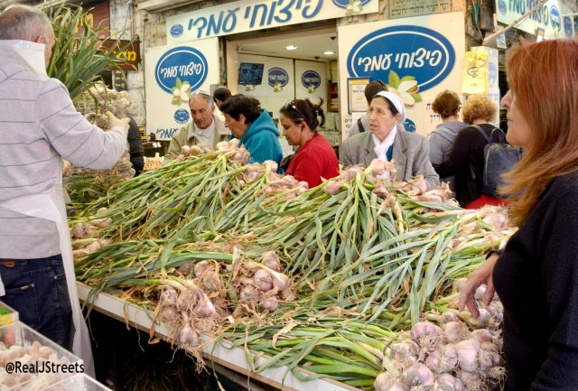 people shopping for fresh garlic