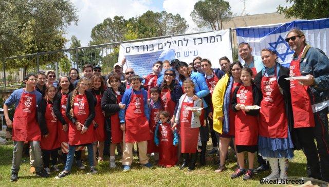 volunteers on Yom Haatzmaut