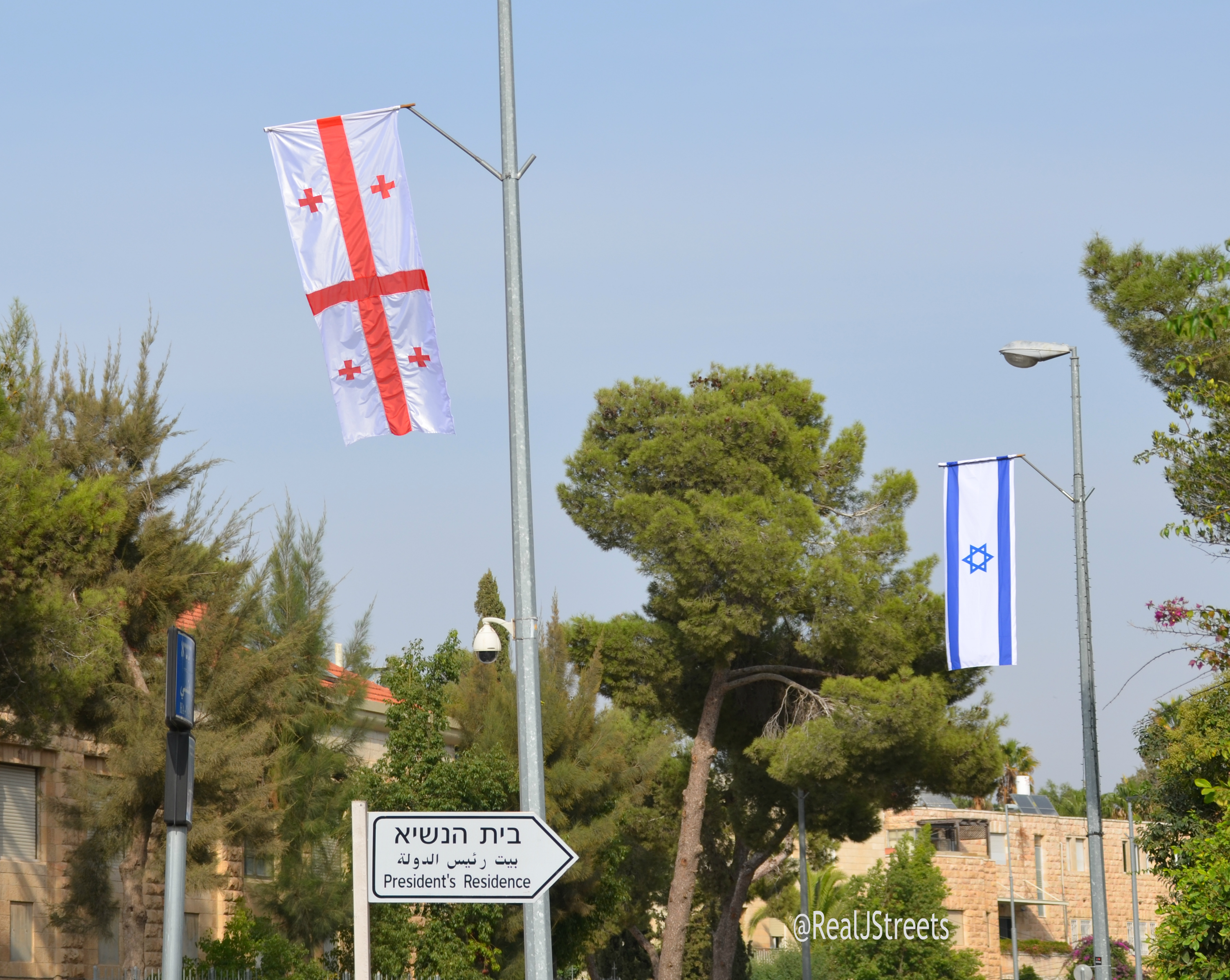 Israel welcomes president with flag