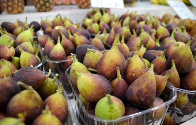 Fresh figs in shuk