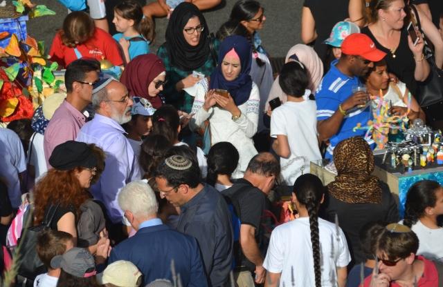 crowd at Israel Museum for Jerusalem education week children art