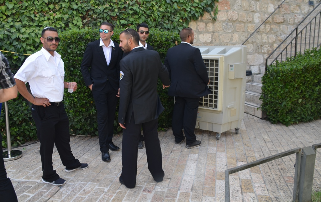 Mayor's security cooling off on fan at Tower of David Yom Yerusahlayim
